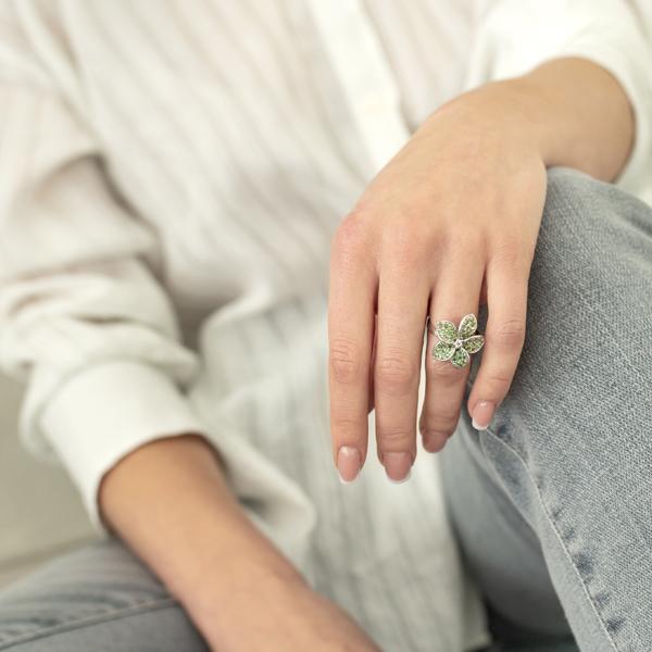 Ювелирное кольцо из серебра 925 пробы с зелеными гранатами и фианитом RCzGnGr-6503Ag