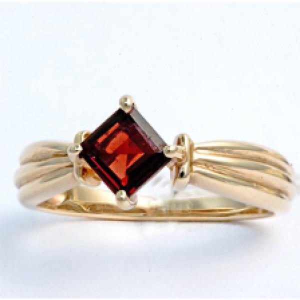 Ювелирное кольцо из красного золота 585 пробы с гранатом RGn-5025