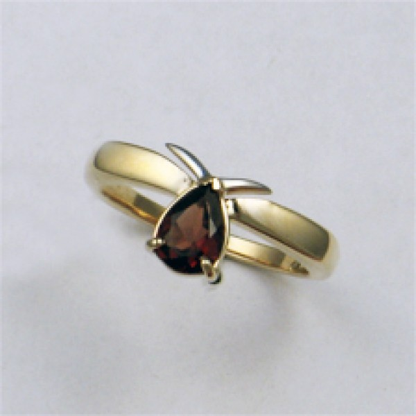 Ювелирное кольцо из красного золота 585 пробы с гранатом RGn-6018